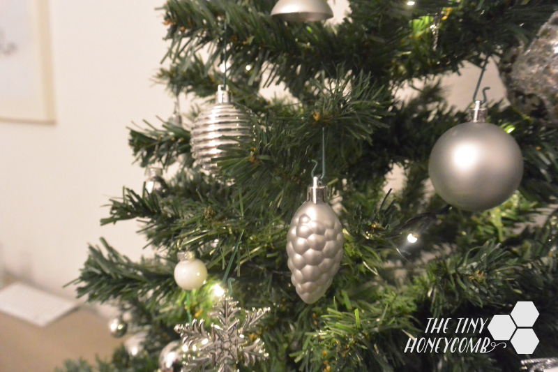 How I decorate my Christmas tree. Silver themed christmas tree