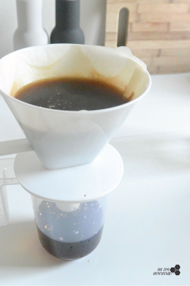 sifting the cold brewed coffee through filter