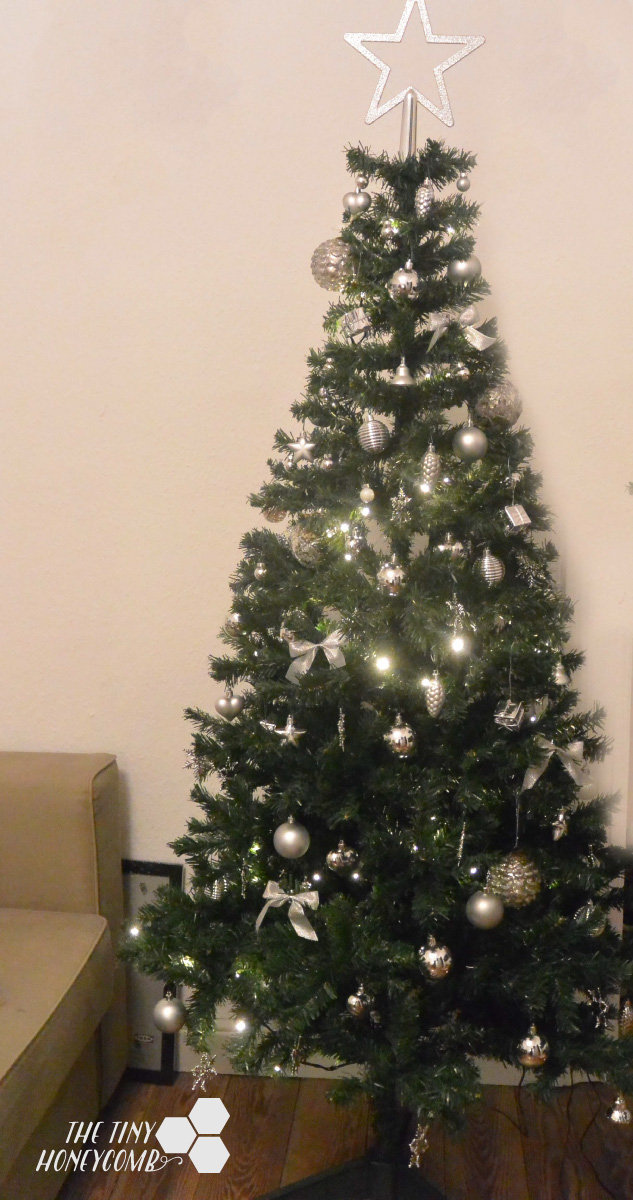 Silver themed Christmas tree. How I decorate my Christmas tree