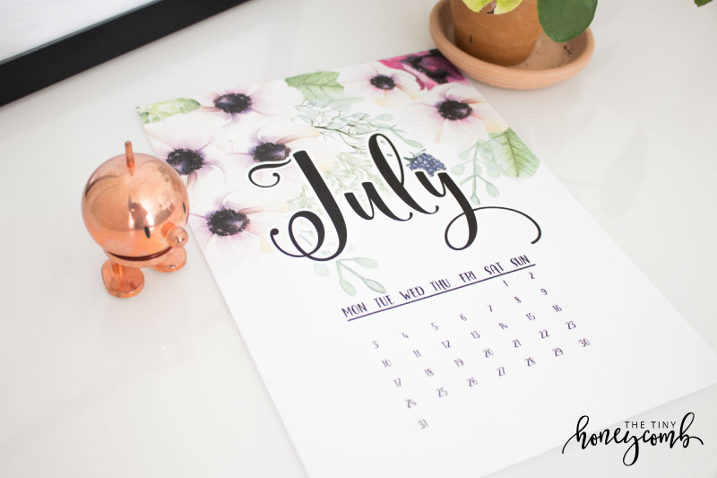 Free July printable calendar. Home decor printable